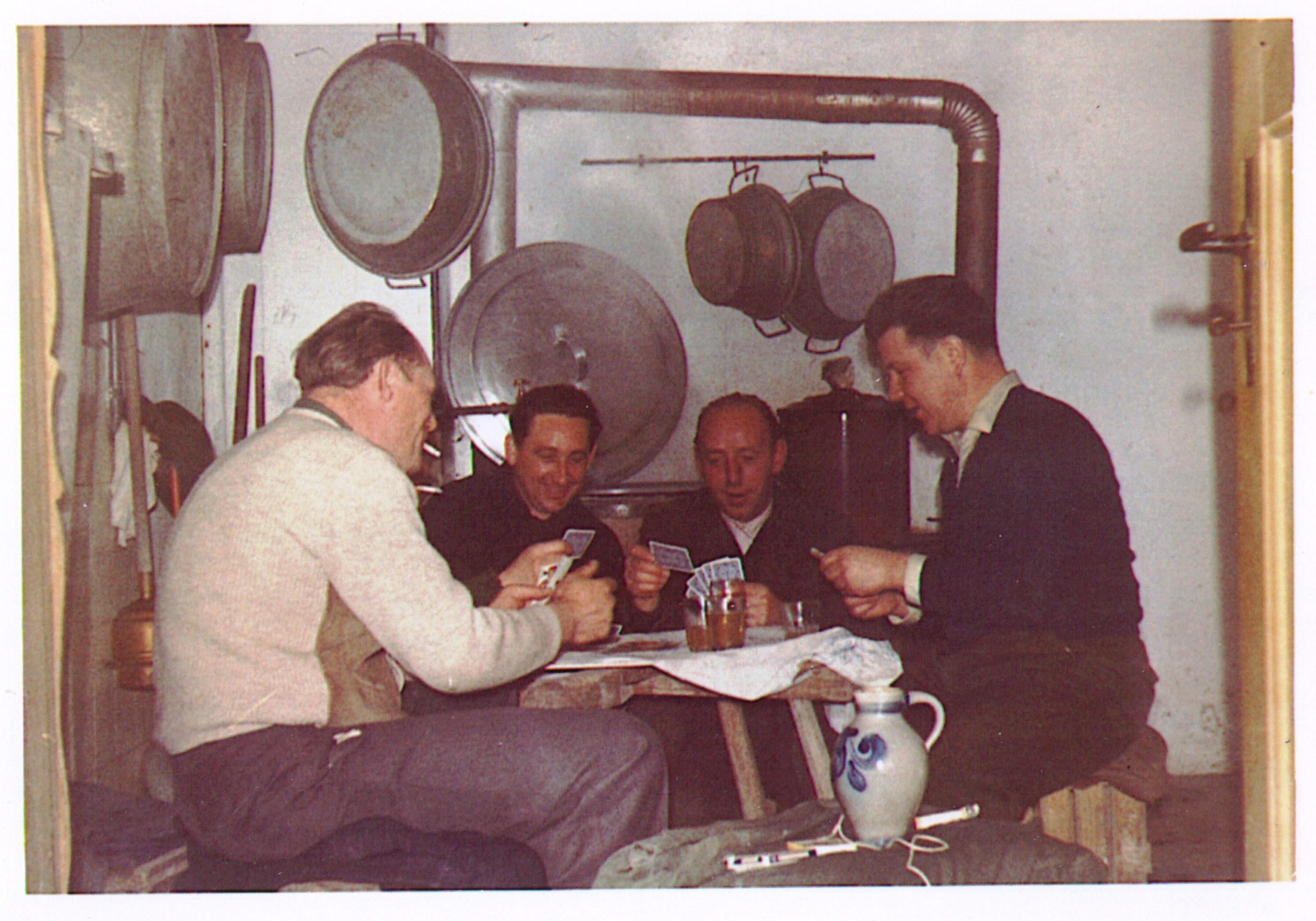 1955 - Kameraden beim Kartenspiel im Keller von Alfred Becht mit Edgar Beltz-Otto Becht-Adolf Nickel und Alfred Becht