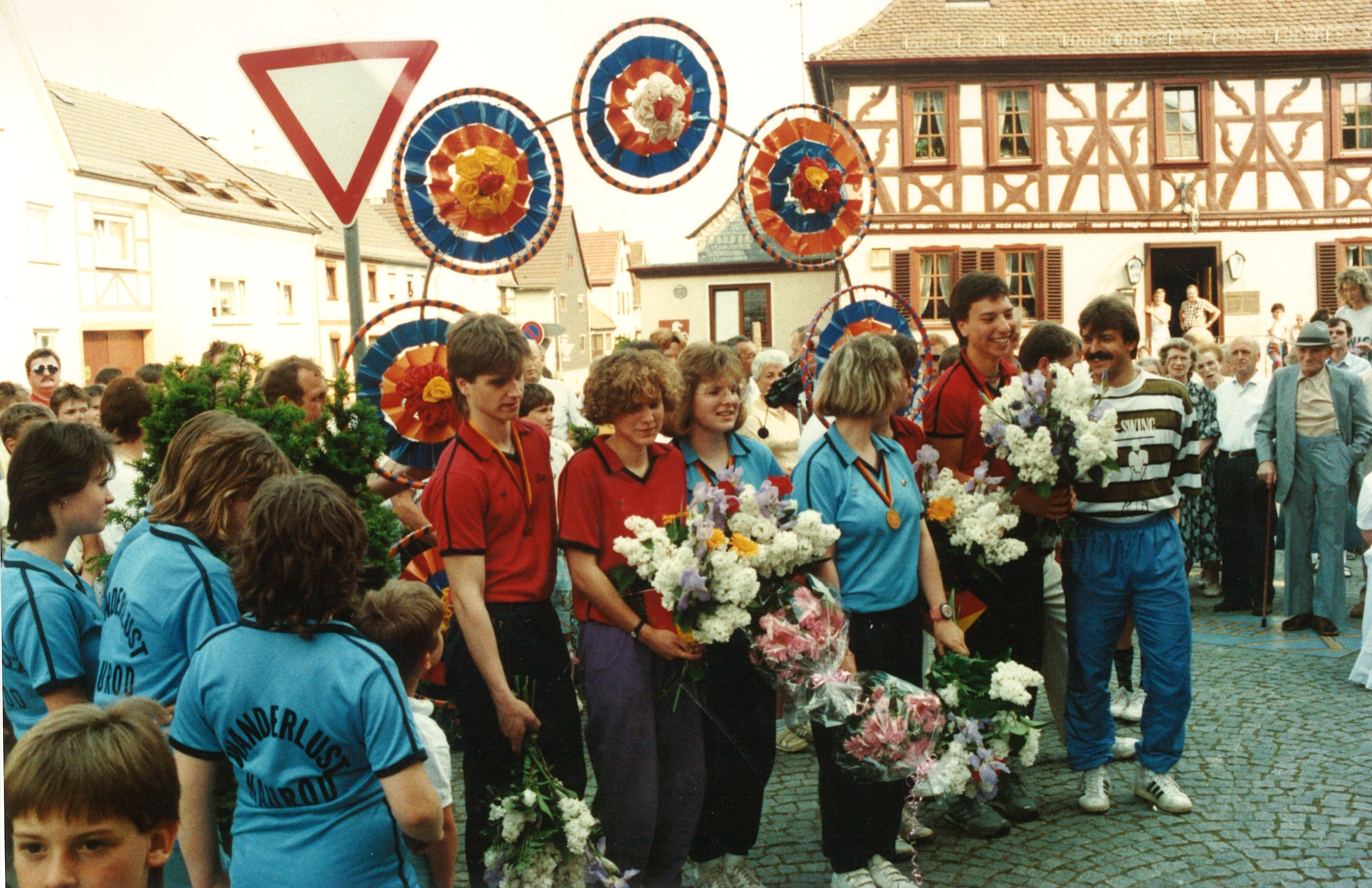 1989 - Empfang nach der DM vor der Nauroder Kirche2